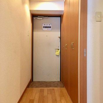 玄関はスッキリとしています。(※写真は清掃前のものです)