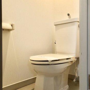 シンプルで清潔感のあるトイレです。