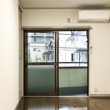 【洋室】まずは洋室から。エアコンが付いています。