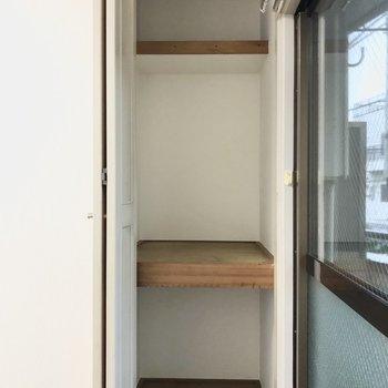 【洋室】窓側の細い方は、3段に仕切られていて多目的に使えそう。