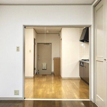 淡いグレーの扉や縁取りが可愛らしいお部屋です。