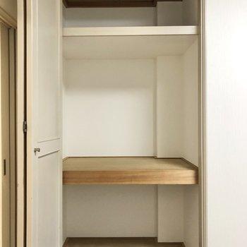 【洋室】手前の大きい方は突っ張り棒をして、ハンガーポールにしたり、衣装ケースを使うとお洋服の収納に使えそう。