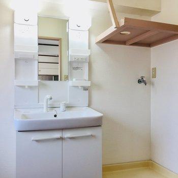 独立洗面に室内洗濯機。 脱衣スペースもしっかりあります!