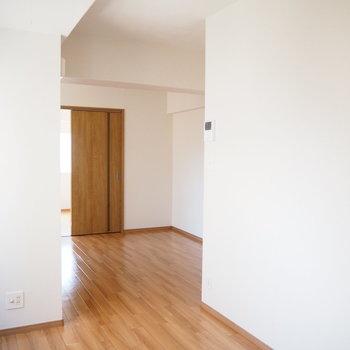 クローゼットのおかげで、なんとなく部屋が分かれているように見えます。