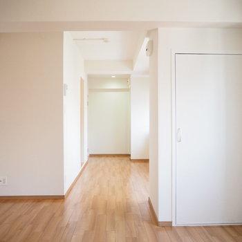 白を基調としたシンプルな内装です。