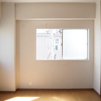 洋室】二面採光で明るいです!