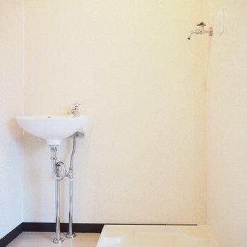 小さい洗面台と洗濯機置場です