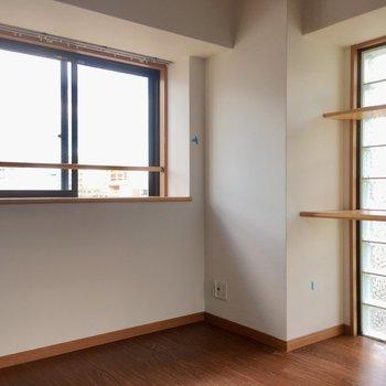 窓は出窓になっているので、観葉植物を飾っても◎(※写真は清掃前のものです)