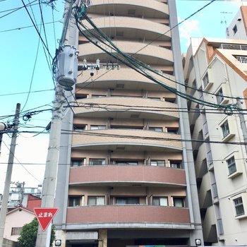 10階建てのほっそりマンション。