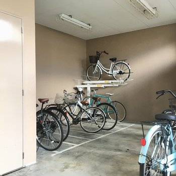 大きな駐輪場もあります。