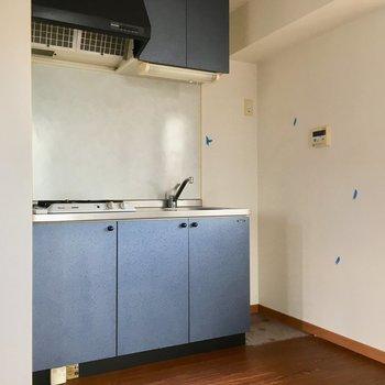 キッチン横に冷蔵庫置場かな?サイズ感は要チェックです。(※写真は清掃前のものです)