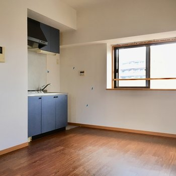 ちらっと青いキッチンが、こちらを見ています。(※写真は清掃前のものです)