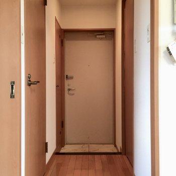 玄関はコンパクト。(※写真は清掃前のものです)