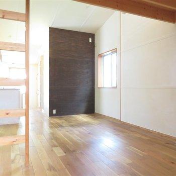 窓も多くて床も綺麗ですね