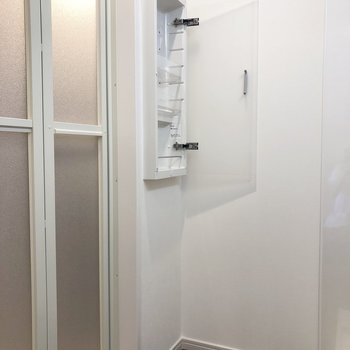 浴室ドア横にも収納がありました。
