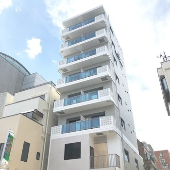 8階建てのスリムなマンション。
