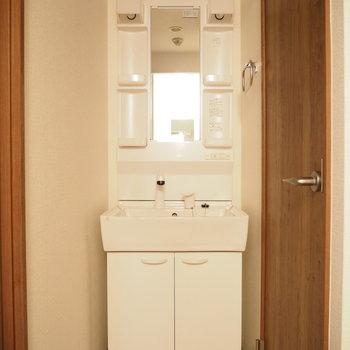 トイレの前には独立洗面台があります