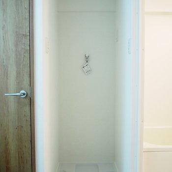 お風呂とトイレの間に洗濯機置場がスッポリと