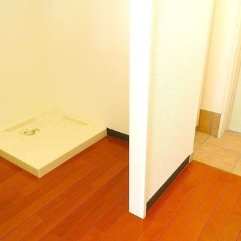 室内洗濯機置き場は玄関近く、キッチンの向かい側にありました(※写真は3階の同間取り別部屋のものです)