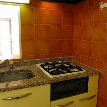 テラコッタの壁が可愛いキッチン。作業スペースはシンクトレーで確保しよう!(※写真は3階の同間取り別部屋のものです)