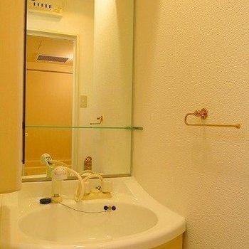広い流し台で洗顔も楽チン(※写真は3階の同間取り別部屋のものです)
