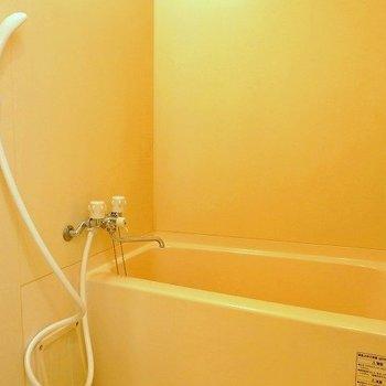 ひねるタイプの水栓なので、節水シャワーヘッドがあればいいな(※写真は3階の同間取り別部屋のものです)
