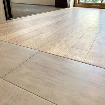 空間によって異なる床材でフラットに。