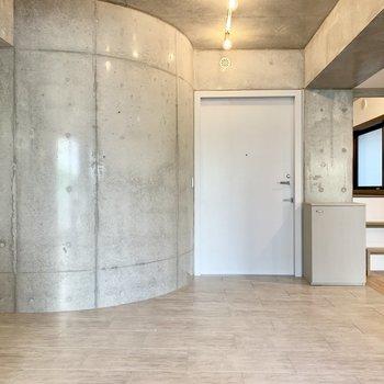 玄関は広々。アールのコンクリが柔らかい感じに。