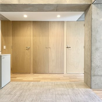 左右の扉はトイレと脱衣所。