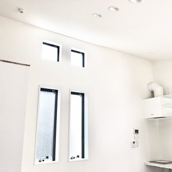 天井が斜めに高くなっているため、開放感が感じられます