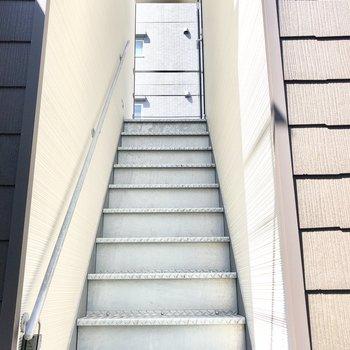こちらの階段を上がってお部屋へ行きます