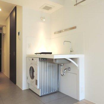 洗濯機がついています※写真は2階の同間取り別部屋のものです