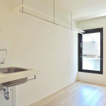 オープンクローゼットです。いっぱい収納できそうです※写真は2階の同間取り別部屋のものです