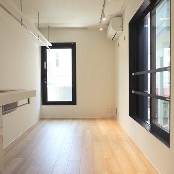 奥の黒枠がバルコニーですよ※写真は2階の同間取り別部屋のものです