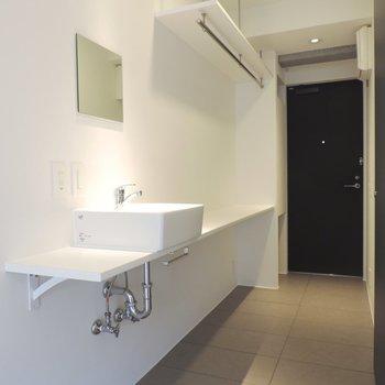 独立洗面台の奥にも収納できそうですね※写真は2階の同間取り別部屋のものです