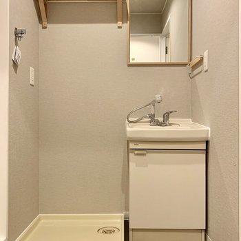 脱衣室周りはグレーのクロスで落ち着いた雰囲気◎造作のミラーも可愛いでしょ?