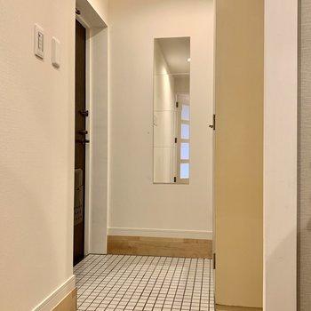 玄関は白い陶器タイルで華やかにお出迎え。シューズボックスは大容量
