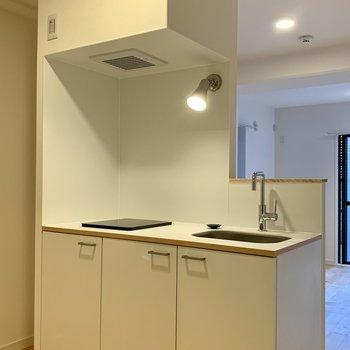 幅は120センチなのでゆったりサイズのキッチン。冷蔵庫は左手側に設置可能