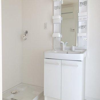 洗面台の横にちょっとした棚をおけそう。※写真は通電前のものです。
