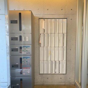 オートロックに入る前に宅配ボックスがあります。