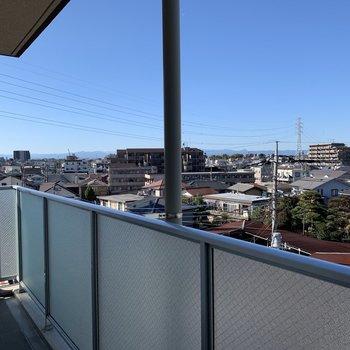こちらは玄関を出て共用部(廊下)からの眺望。風が気持ち良いです。