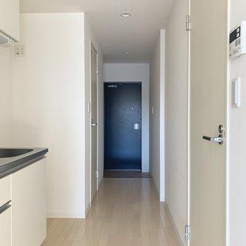 洋室から廊下を出ると、左側にはキッチンが見えます。※写真は通電前のものです。
