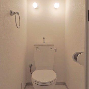 トイレは照明がちょんちょんと2つ。(※写真は5階の同間取り別部屋のものです)