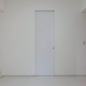 この扉の奥には・・・(※写真は5階の同間取り別部屋のものです)