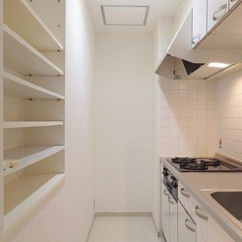 食器などを収納できる棚がついています。(※写真は5階の同間取り別部屋のものです)