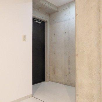 玄関はこんな感じ。(※写真は5階の同間取り別部屋のものです)