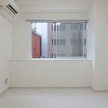 洋室は真っ白!(※写真は5階の同間取り別部屋のものです)