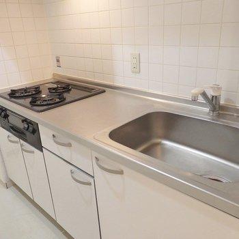 キッチンは3口グリル付き。(※写真は5階の同間取り別部屋のものです)