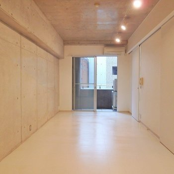 白い床が光を反射して明るい雰囲気。(※写真は5階の同間取り別部屋のものです)