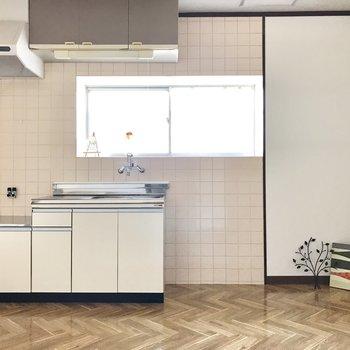 キッチンは生成り色。冷蔵庫は右側かな(※写真の小物は見本です)